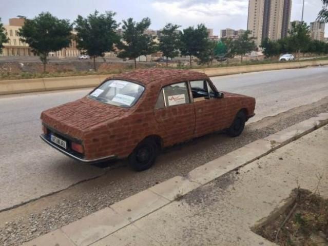 Tuğla kaplı otomobili internetten satışa çıkardı