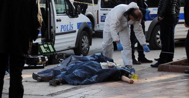 İki kız kardeşini cadde ortasında vurarak öldürdü