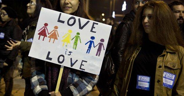 Yunanistan'da eşcinsel evliliklere onay çıktı