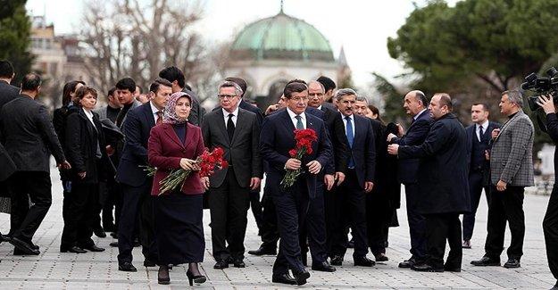 Davutoğlu Sultanahmet Meydanı'na Karanfil Bıraktı