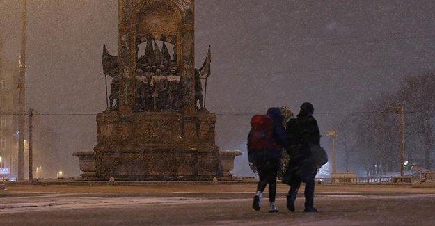 İstanbul'da Kar Yağışı Etkisini Arttırdı