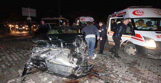 Otomobil Polis Aracına Çarptı: 6 Yaralı