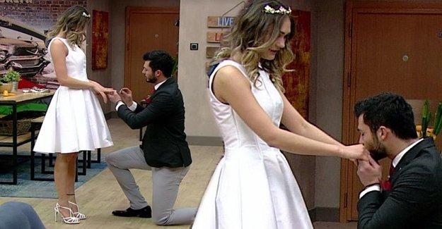 Milyonların Önünde Diz Çöküp Evlenme Teklif Etti