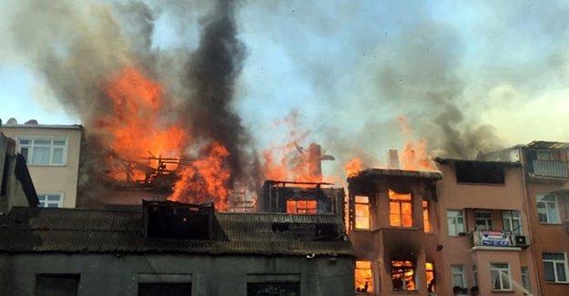 İstanbul'da Büyük Yangın! Tarihi Semt Alev Alev...