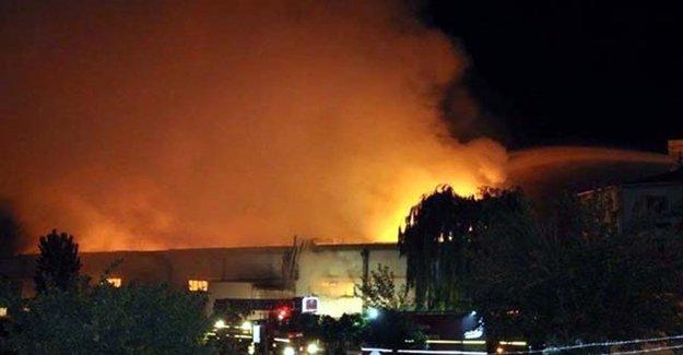 Kayseri'de 3 Fabrikanın Deposu Yandı
