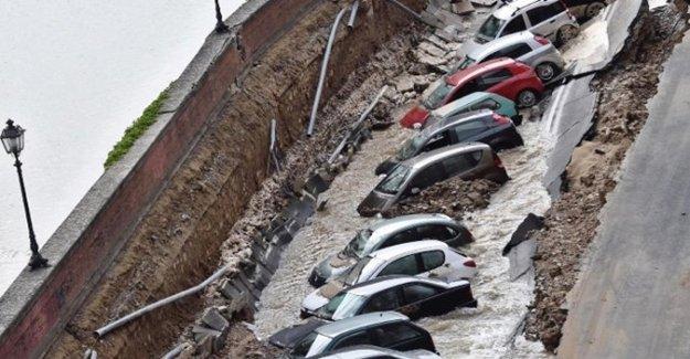 Yol Çöktü: 20 Araç Çukura Düştü