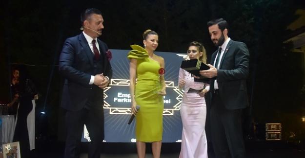 """Kaan Konancı kendine has üslubuyla """"3. Empati Ödülleri"""" gecesine çok farklı renk kattı"""