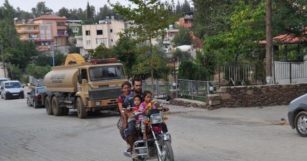 5 Kişilik Ailenin Motosiklette Tehlikeli Yolculuğu
