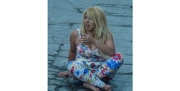 Alkollü Kadın, Otel Penceresinden Yola Düştü