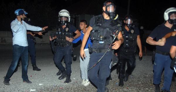 Antalya'da Göstericiler Karakol Taşladı