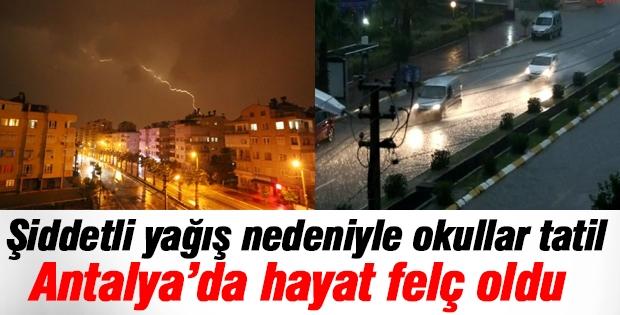 Antalya'da şiddetli yağış nedeniyle hayat durdu