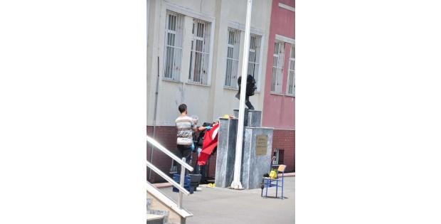 Ataşehir'de Okuldaki Türk Bayrağı İndirildi İddiasi