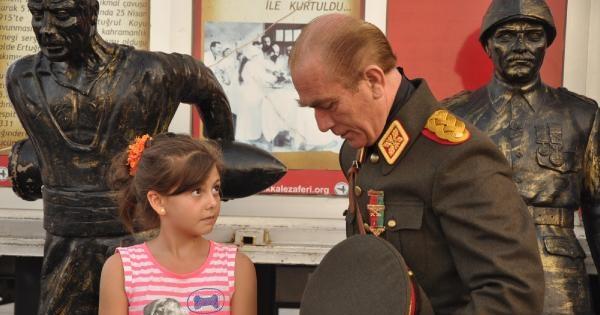 Atatürk'ün Benzeri İle Fotoğraf Çektirmek İçin Sıraya Girdiler