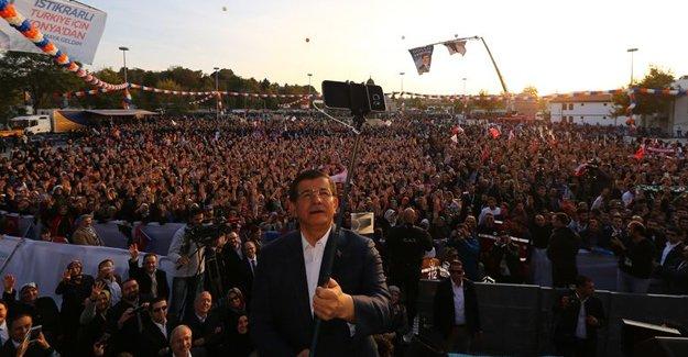 Başbakan Davutoğlu'ndan Memleket selfiesi