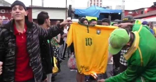 Breziyla Taraftarı Neymar'ın Formasını Yaktı