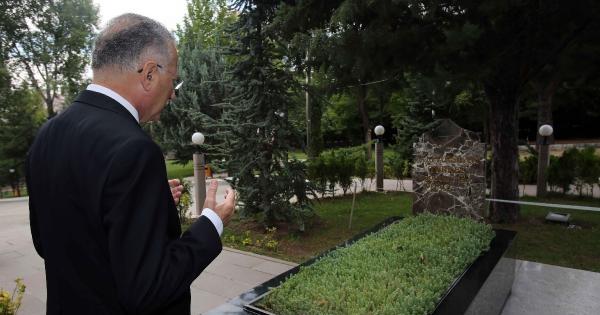 Ekmeleddin İhsanoğlu, Türkeş'in Mezarenı Ziyaret Etti
