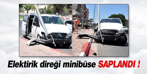 Elektrik Direği Minibüse Saplandı