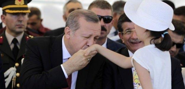 Erdoğan küçük kızın elini öptü