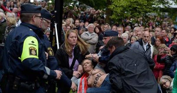Femen Üyesi Politikacı Başbakan Reınfıld'i Protesto Etti