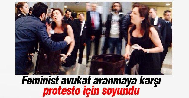 Feminist avukat adliye girişinde soyundu