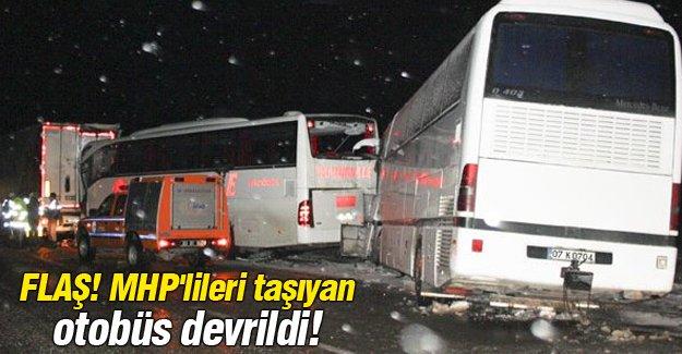 FLAŞ! MHP'lileri taşıyan otobüs devrildi!