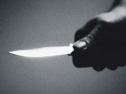 Genç kız, tacizciyi göğsünden bıçakladı