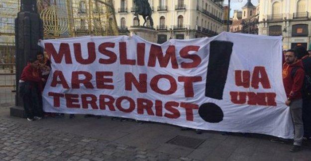 G.Saraylılardan 'Müslümanlar terörist değildir' pankartı