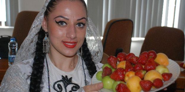 Halk Oyunları Gruplarına Meyve İkramı
