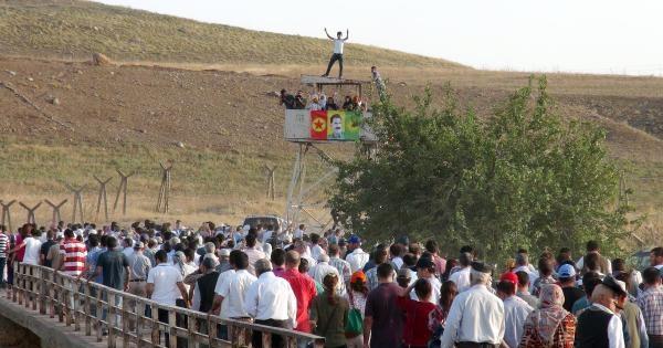 Hdp'lilerden Suriye Sınırında Işid Protestosu