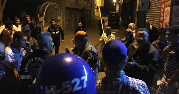 Işid'i Protesto Eden Gruba Mahalle Kadınları Sopalarla Tepki Gösterdi
