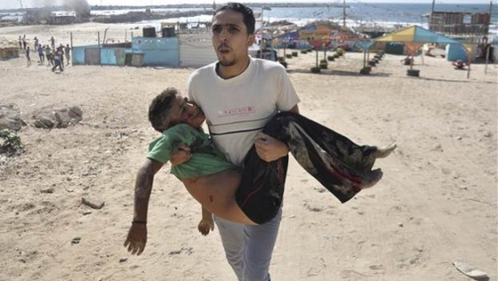 İsrail Gazze'de sahilde oynayan Filistinli çocukları vurdu