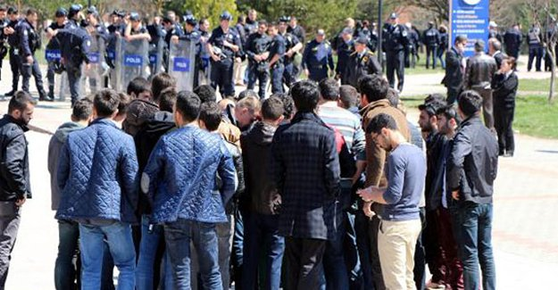 Karşıt görüşlü öğrenciler birbirine girdi!