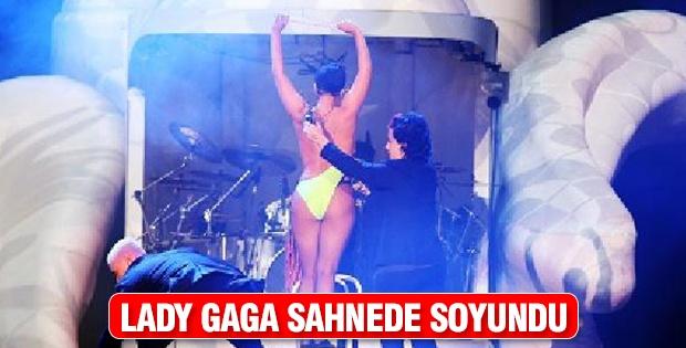 Lady Gaga sahnede soyundu