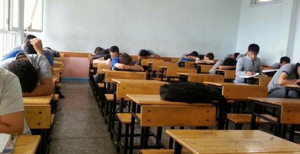 Lisede Uyuyan Sınıfa İnceleme
