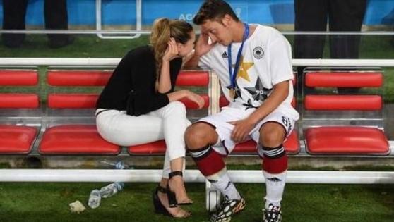 Mesut Özil'den Türk bayraklı mesaj
