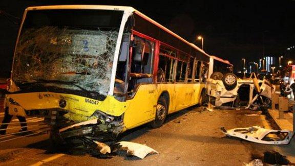 Metrobüs ile otobüs çarpıştı,5 kişi yaşamını yitirdi