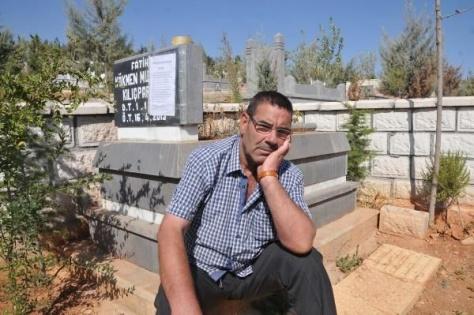 Mezar taşına mektup yapıştırıp alacağını istedi
