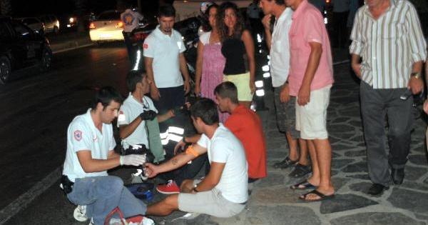 Minibüsüle Otomobil Çarpişti: 2'si Turist 11 Yaralı