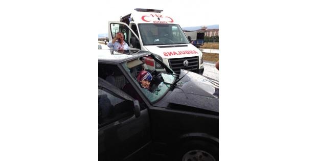 Otomobil, Duran Otomobile Çarpti: 7 Yaralı
