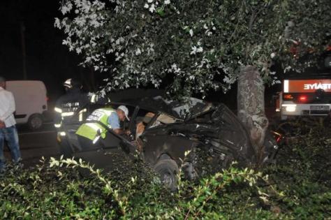 Otomobil, Orta Refüjdeki Ağaca Çarpti: 1 Ölü, 1 Yaralı