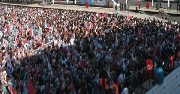 Pendik'te Başbakan'ı Bekleyen Vatandaşlar