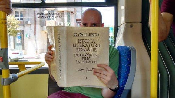 Romanya'da kitap okuyana otobüsler ücretsiz