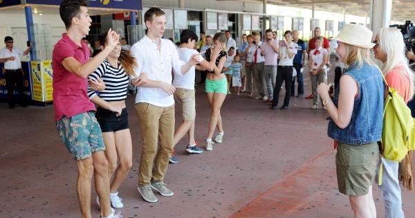 Rus Sevgiliye Havalimanında Sürpriz Evlilik Teklifi