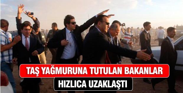 Şanlıurfa sınırına gelen bakanlar, vatandaşlar tarafından taşlandı.