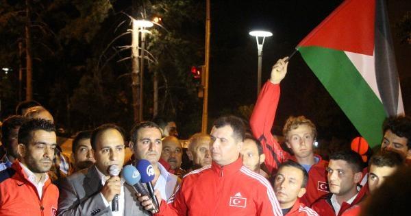 Sporcular, İsrail Elçilik Konutunu 'topa Tuttu'