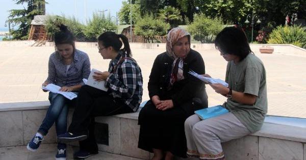 Valilik Önünde İncil Dağıtan Japonları Polis Uzaklaştırdı