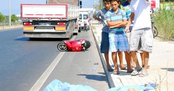 Yola Savrulan Motosiklet Sürücüsüne Tır Çarpti